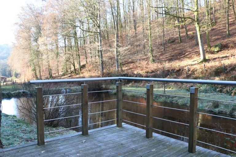 Blick über die Terrasse in den umgebenden Wald.