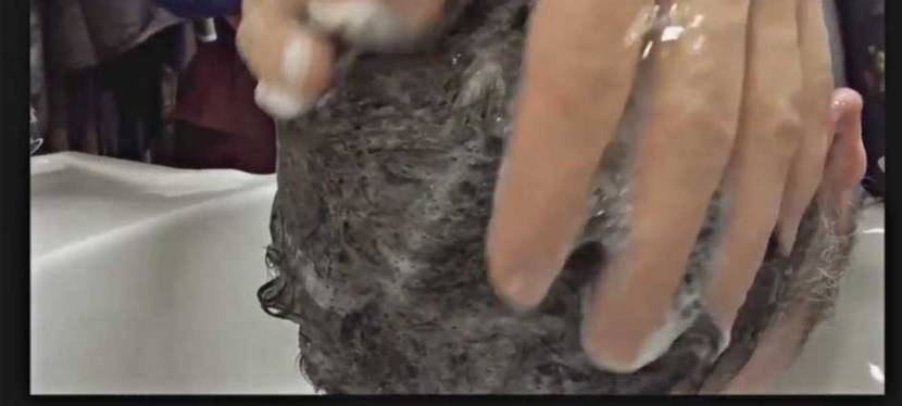 Herrenhaarschnitt – Vorwärtswäsche